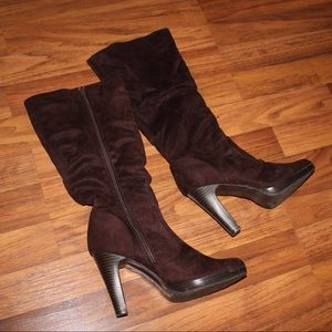Slouchy brown boots with zipper and heel